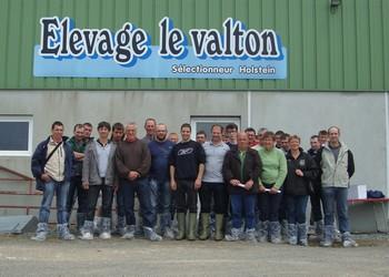 Les éleveurs avec les responsables du Gaec Le Valton au centre, Jean-Pierre et Aurélien Roy